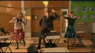 Skins S02E09 Cassie bailando FUNKY TOWN