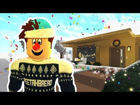 i-decorated-my-bloxburg-cardboard-box-home-for-christmas!-peetah's-bloxburg-life-ep.-15