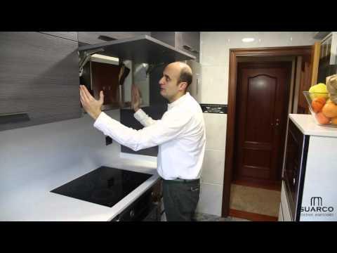 Una cocina pequeña moderna aprovechada al máximo con encimera de silestone