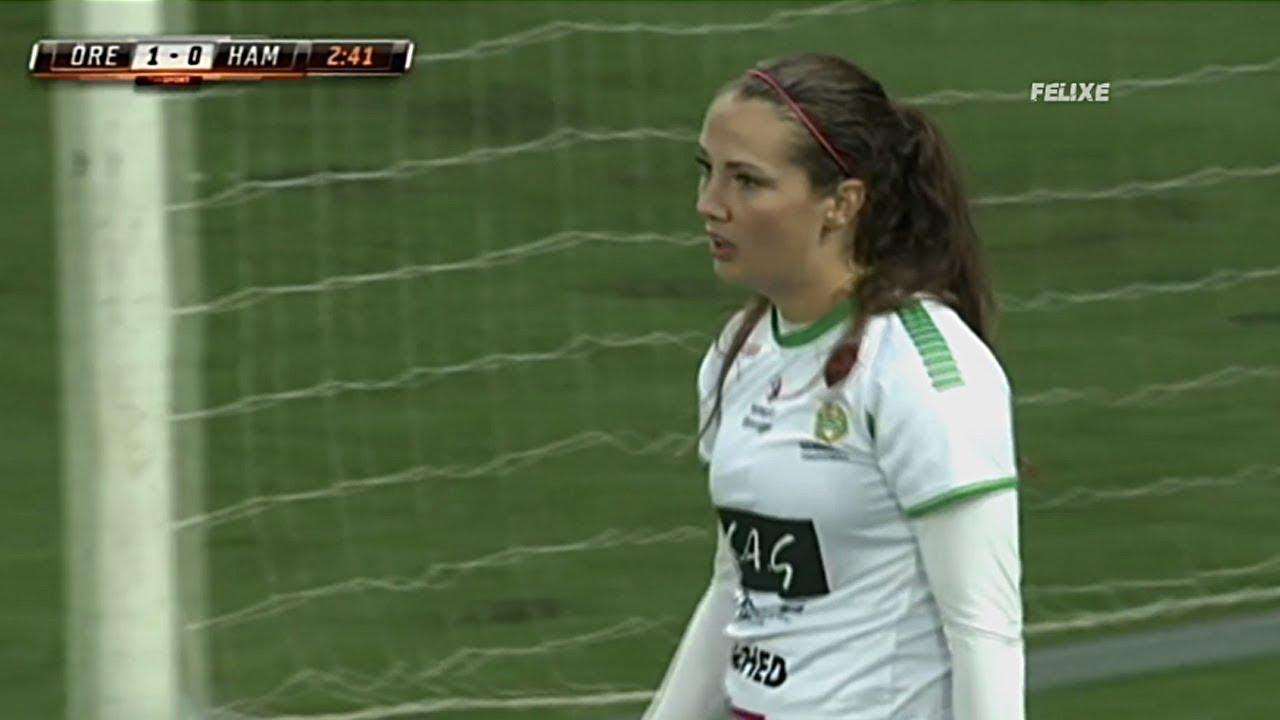 بسبب هذه اللقطة لا يجب على النساء لعب كرة القدم !!