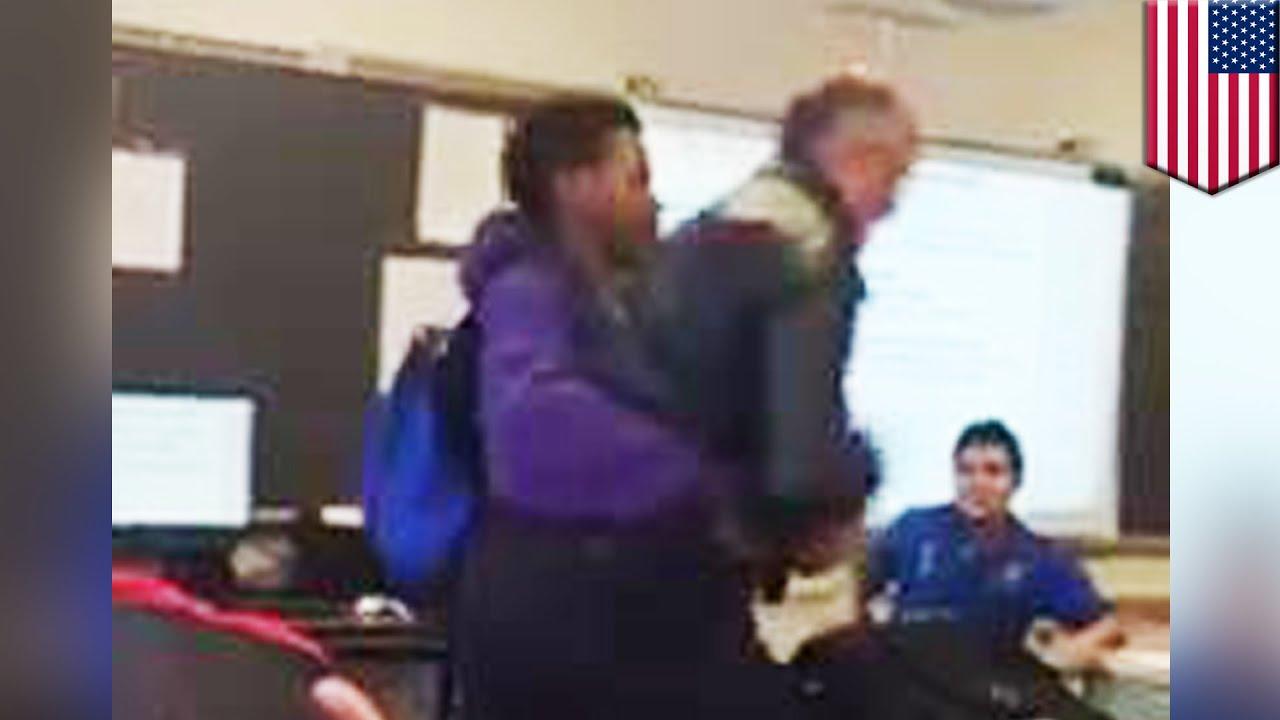 Учитель наказывает ученицу за опоздание 7 фотография