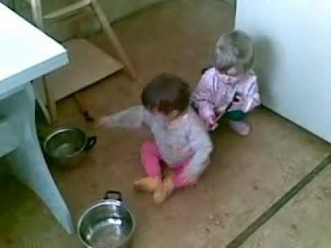 малышки играют на кастрюлях