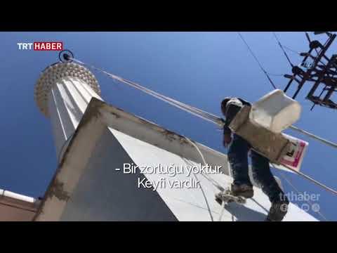 20 yıldır minarelerin tamir ve boya işlerini yapıyor.
