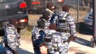 Gambar cover Ukraine War - Armed Russian policemen seize Crimean Tatar TV channel ATR