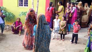 FUNNY DANCE AT INDIAN VILLAGE, INDIAN WOMEN DANCE, INDIAN WOMEN FUNNY DANCE, DESI WOMEN DANCE