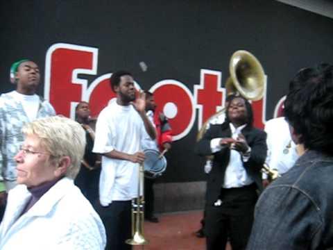 STREET BRASS BAND - Christmas Songs - Bourbon Street, New Orleans