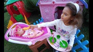 Leranın işi çıkınca Lala bebeğe elif bakıyor, yemek hazırlıyor uyutuyor, bahçede eğlenceli oyunlar