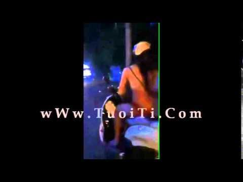 Em gái HN không mặc đồ chạy xe trên phố