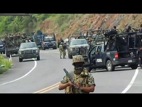 Смотреть Мексика: бандиты напали на полицейский конвой онлайн