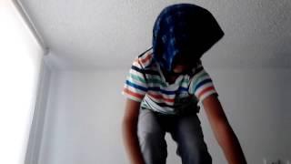 Niño se cae haciendo cosas chistosas