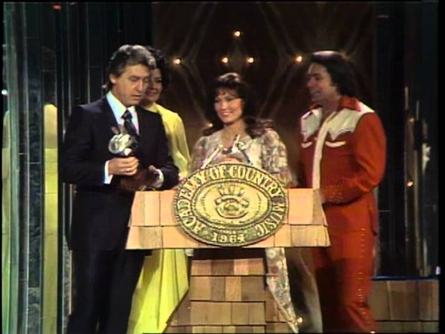 Conway Twitty and Loretta Lynn Win Top Vocal Group  - ACM Awards 1976