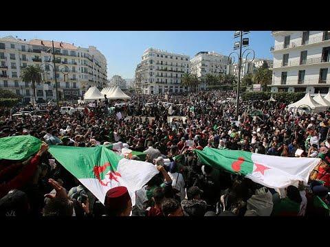 فيديو: آلاف الجزائريين يطالبون بتنحي بوتفليقة في الجمعة الخامسة للحراك الشعبي …  - 17:53-2019 / 3 / 22