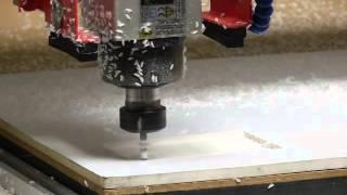 Router - Evidage et découpe sur une plaque de PVC