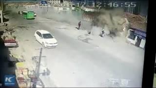 الصين.. شاحنة مسرعة تحول صفًّا من المنازل لركام (فيديو)