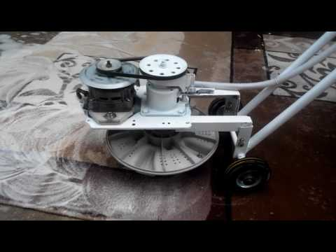 Mencuci karpet dari rongsokan mesin cuci bekas