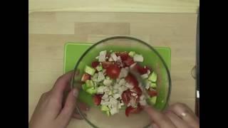 Салат с куриной грудкой, авокадо и помидорами черри