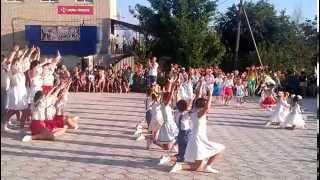 Дети танцуют в селе Казацкое. Children dance. flashmob