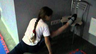 Тренировка по акробатике, разминка, продольный шпагат