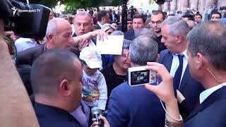 Քաղաքացիները իրենց խնդիրներով ու նամակներով շրջապատեցին վարչապետ Փաշինյանին