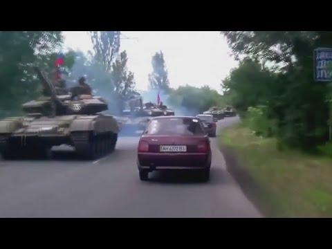 Ukraine War - Russian army tanks convoy rolling into Makiivka Ukraine