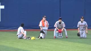 横浜スタジアムでの練習の合間の息抜き風景です。