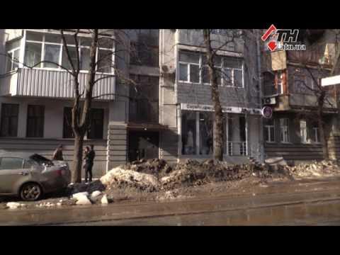 В центре Харькова на припаркованную машину с крыши свалилась глыба льда - 24.02.2017