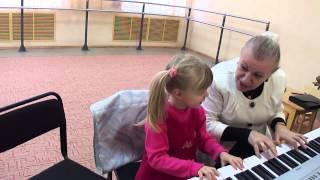 Урок игры на фортепиано с ребёнком 4 лет