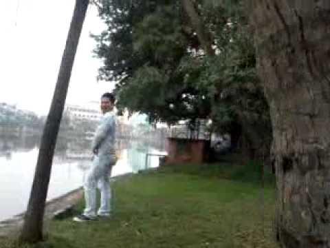 Cường đô la bị bắt quả tang tè bậy trong công viên