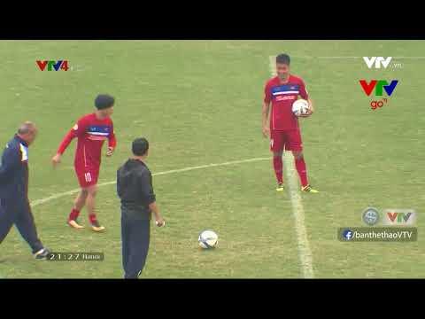 Công Phượng và HLV Park Hang-seo thi tài sút trúng xà ngang