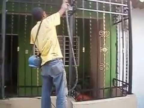 Chechar pintando la reja de su casa youtube - Pintura para rejas ...