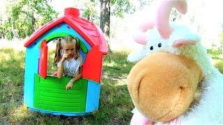 Полина строит новый дом для животных и воспитывает непослушного козла. Видео для детей super polina