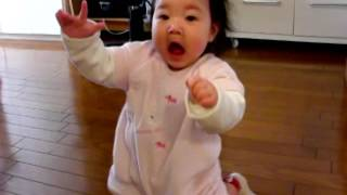 赤ちゃんが初めて立った瞬間!子供が生まれて初めて立って大興奮! thumbnail