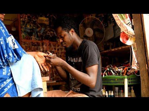 شاهد : رجل يمارس مهنة الاعتناء بأظافر النساء وتجميلها