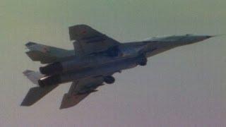 МиГ-29 выполняет фигуру