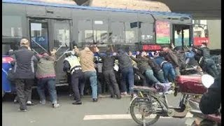 Man Stuck under Bus Rescued by Passers by in Henan