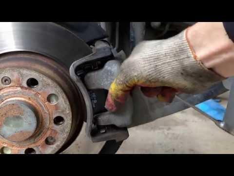 Замена задних тормозных колодок на Фольксваген Пассат B6 2008 года Volkswagen Passat B6