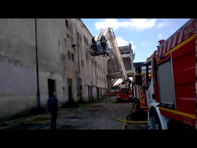Los bomberos sofocan un incendio en la antigua chacinería de Monforte