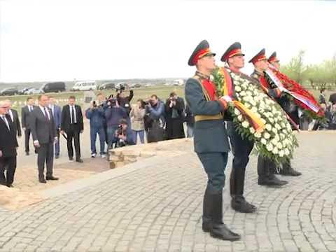 видео: Возложение венков к военно-мемориальному комплексу советским солдатам в с.Россошки