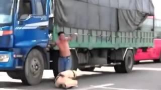 Csgt quỳ lạy ban xin tài xế