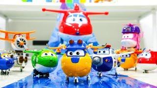 파란색 활주로에 슈퍼윙스 친구들이 날아 다닌다 누가 더 멀리 날아갈까?