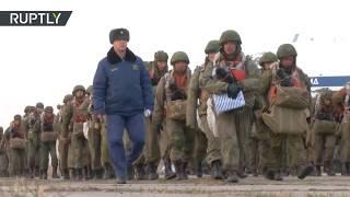 Ejercicios militares de paracaidistas rusos en la frontera con Corea del Norte