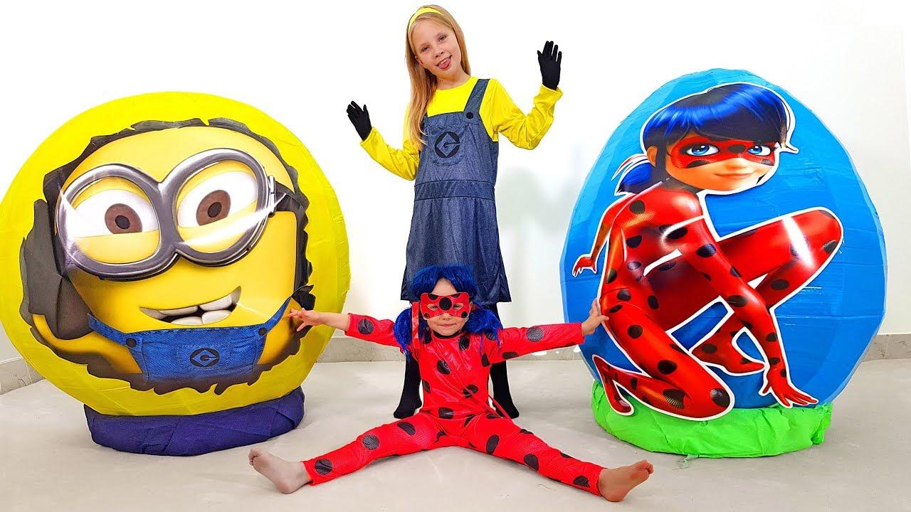 Дети открывают огромные яйца с сюрпризами