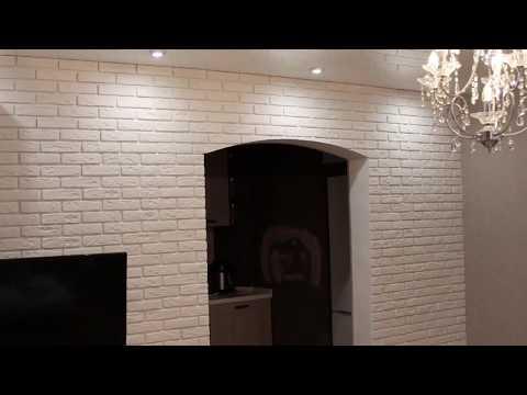 Декоративная плитка, декоративный кирпич в интерьере зала, комнаты, за телевизором.