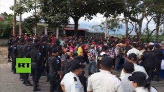 La policía bloquea a 1.600 migrantes hondureños en la frontera en Guatemala