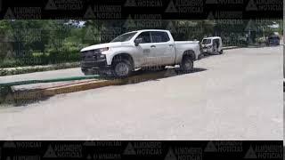 Camioneta de Secretaría de Bienestar choca contra poste de luz.