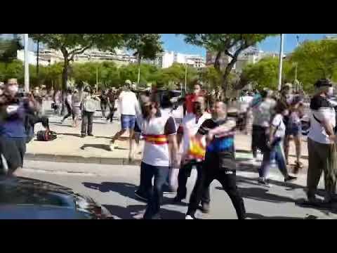 Sánchez, recibido en Ceuta entre insultos y golpes al coche oficial