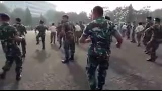 FUNNY SOLDIER I Indonesian soldiers in Gemu Fa Mi Re dancing