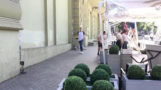 """Одесса. Кафе """"Счастье"""" монтируют прямо на тротуаре."""