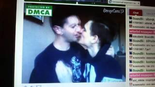Парни целуются