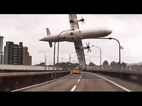 Momento en que se choca Avión de TransAsia Airways con puente de autopista y cae al Río en China
